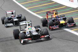 Sergio Perez, Sauber, Mark Webber, Red Bull Racing en Pastor Maldonado, Williams in de pits