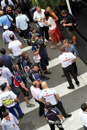 Simon Lazenby, Sky Sports F1 TV Presentator met Charlie Whiting, FIA Delegate