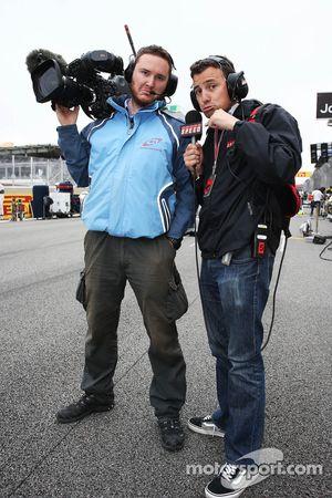 Will Buxton, Speed TV Presentator met Alex Chiari, FOM Cameraman, op de grid