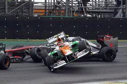 Nico Hulkenberg, Sahara Force India F1 et Lewis Hamilton, McLaren s'accrochent lors de leur bataille pour la première place