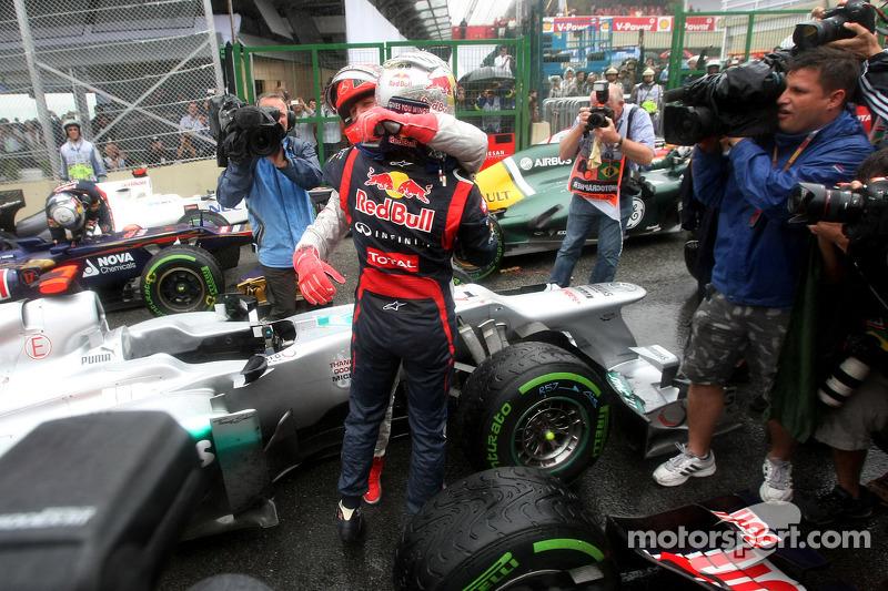 Michael Schumacher félicite Sebastian Vettel après son troisième titre