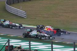 Sebastian Vettel, Red Bull Racing sobrevive a un accidente con el Williams de Bruno Senna y Sergio P