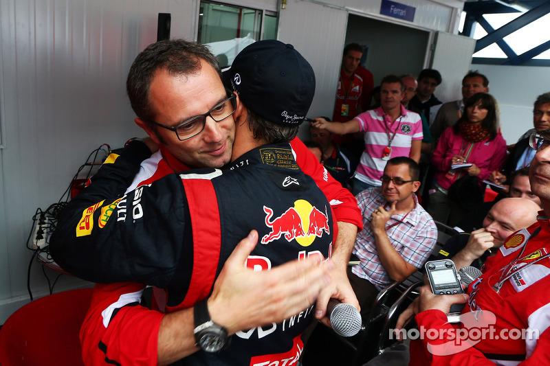 Sebastian Vettel, Red Bull Racing, recibe la felicitación de Stefano Domenicali, director general de Ferrari