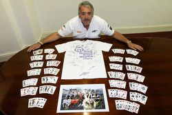 Mark Sutton van Sutton Images poseert met gesigneerde memorabilia Great Ormond Street Hospital goede