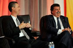 President en CEO van Grand American Road Racing, Ed Bennett en NASCAR President Mike Helton spreken