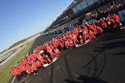 Фелипе Масса и Фернандо Алонсо, Scuderia Ferrari с членами команды