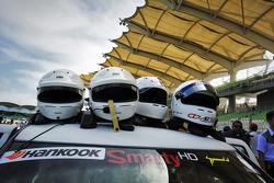 Helmen op de wagen voor de Sepang 1000km 2012.