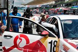 Siti Zirwatul klimt uit de Red Bull Rookies' wagen 18 tijdens rijderswissel