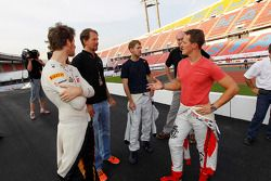 Michael Schumacher, Sebastian Vettel y Romain Grosjean observan