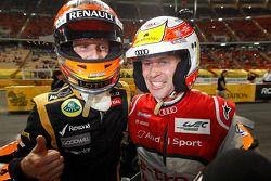 Romain Grosjean célèbre sa victoire avec son dauphin Tom Kristensen