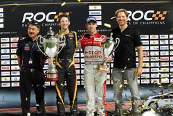 Winnaar Romain Grosjean viert tweede plaats met tweede Tom Kristensen