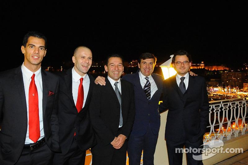 Ferrari groepsfoto inclusief rijders Federico Leo, Gianmaria Bruni, Batti Pregliasco, Jesus Pareja e