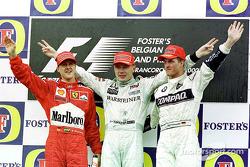 Podio: il vincitore della gara Mika Hakkinen, il secondo classificato Michael Schumacher, il terzo c
