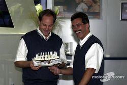 Le responsable de BMW Motorsport Dr. Mario Theissen offre un gâteau d'anniversaire à Gerhard Berger