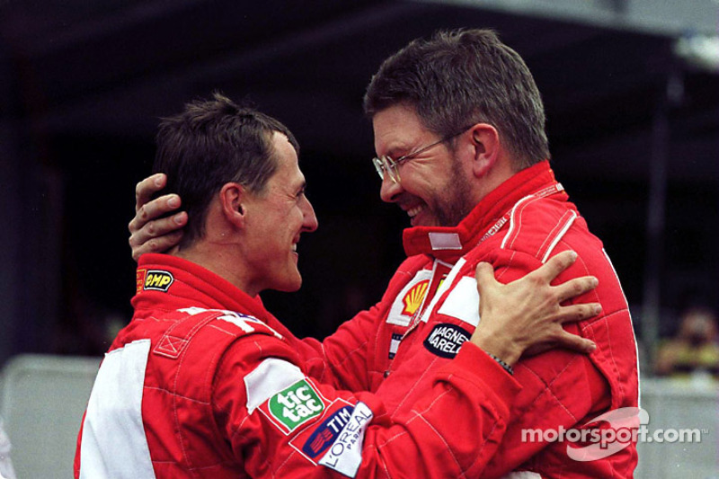 El ganador de la carrera, Michael Schumacher y Ross Brawn