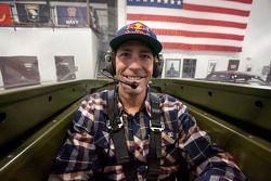 Travis Pastrana wacht in de cockpit van een P-51 Mustang op eigenaar Jack Roush