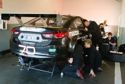Mazdaspeed Speedsource teamleden werken aan de #70 Mazdaspeed Speedsource Mazda6 GX
