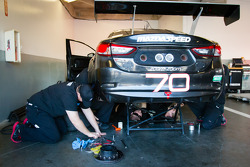 Mazdaspeed Speedsource membros da equipe trabalham no #70 Mazdaspeed Speedsource Mazda6 GX