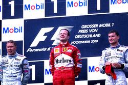 Podium : le vainqueur Rubens Barrichello, Ferrari F1 2000, le second Mika Hakkinen, Mclaren MP4-15
