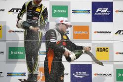 Çaylak Podyum: Yarış galibi Lando Norris, Carlin Dallara F317 - Volkswagen, 2. Joey Mawson, Van Amersfoort Racing, Dallara F317 - Mercedes-Benz