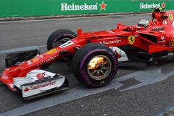 Kimi Raikkonen, Ferrari SF70-H, avec des freins avant en feu