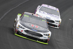 Kevin Harvick, Stewart-Haas Racing Ford y Matt DiBenedetto, GO FAS Racing Ford