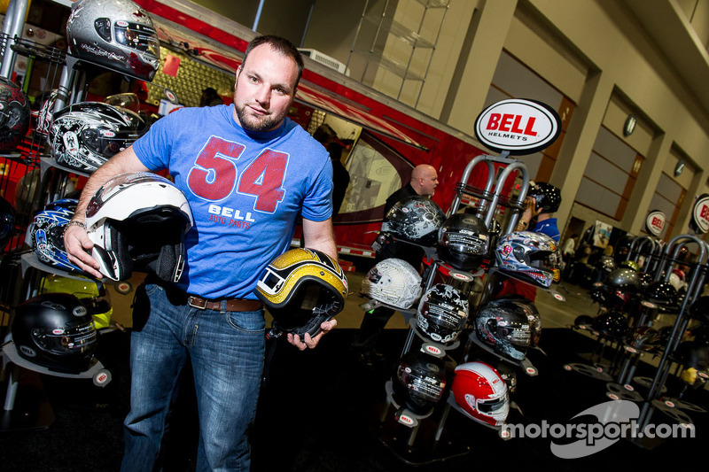 Chad van Bell Helmets toont de Custom 500 3/4 Retro en Revolver Evo