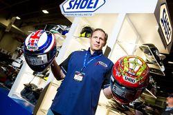 Don Bailey, da Shoei Capacetes, mostram de um par de versões do X12 usado por todos os seus pilotos de moto