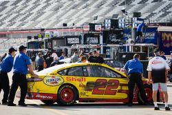 La voiture accidentée de Joey Logano, Penske Racing Ford
