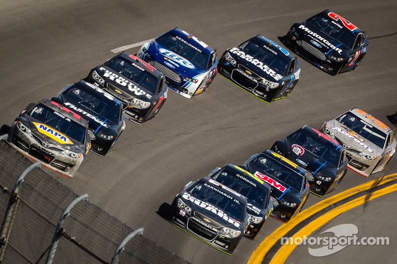 Dale Earnhardt Jr., Hendrick Motorsports Chevrolet and Martin Truex Jr., Michael Waltrip Racing Toyota lead a group of cars