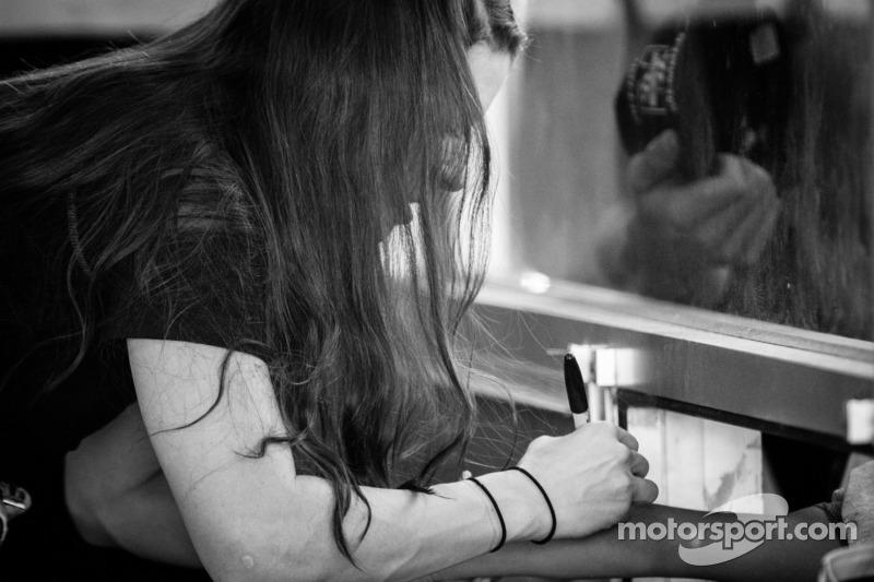 Danica Patrick, Stewart Haas Racing Chevrolet signeert