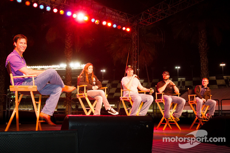Fan forum: Danica Patrick, Stewart Haas Racing Chevrolet, Kyle Busch, Joe Gibbs Racing Toyota, Paul Menard, Richard Childress Racing Chevrolet, Bobby Labonte, JTG Racing Toyota
