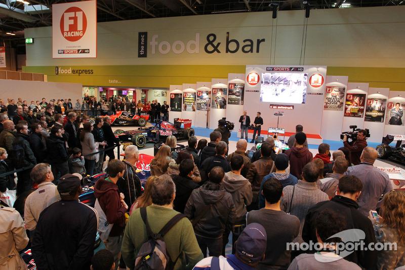 David Croft, Sky Sports Commentator; Anthony Davidson en Johnny Herbert, op de F1 Racing Stand