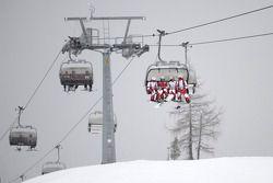 Het Ducati team in de ski lift
