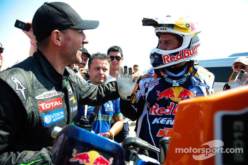 Stéphane Peterhansel wint bij de auto's en Cyril Despres bij de motoren