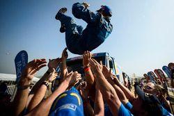 Kamaz team viert het resultaat met Truck-winnaar Eduard Nikolaev