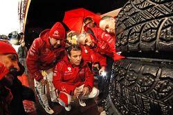 Sébastien Loeb, Daniel Elena y el equipo Citroën Total Abu Dhabi World Rally observan los neumáticos