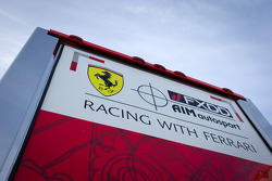 AIM Motorsport Racing com um transportador Ferrari