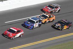 Een groep Continental Tire Sports Car Series-auto's tijdens de training