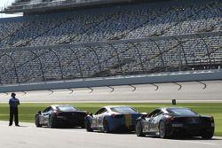 Ferrari Challenge carros aguardam uma sessão de treinos