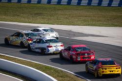 #45 Fall-Line Motorsports BMW M3 Coupe: Al Carter, Hugh Plumb en #55 Multimatic Motorsports Aston Martin Vantage: Jade Buford, Scott Maxwell rijden voor een groepje auto's