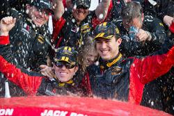 GS Linha de chegada: grande vencedores da classe Billy Johnson e Jack Roush Jr. celebram