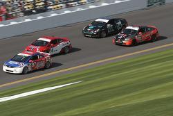 Grupo de carros correndo na pista