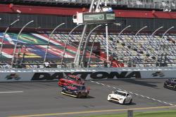Grupo de carros na pista