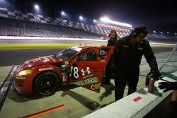 #78 Racers Edge Motorsports Mazda RX-8: Rudy Camarillo, Martin Fuentes, Carlos Peralta, Ricardo Perez De Lara in de pits met mechanische problemen