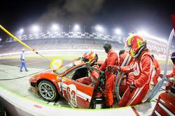 Pit stop #63 Scuderia Corsa Ferrari 458: Alessandro Balzan, Marco Frezza, Alessandro Pier Guidi, Oli