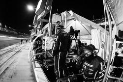 MOMO/NGT Motorsport membros da equipe prontos para o pit stop
