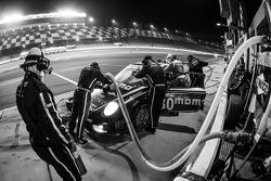 Pit stop #30 MOMO/NGT Motorsport Porsche GT3: Jakub Giermaziak, Henrique Cisneros, Sean Edwards, Pat