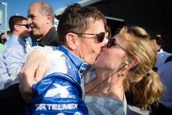 O vencedor Scott Pruett comemora com sua esposa