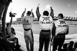 Charlie Kimball, Memo Rojas e Scott Pruett comemoram quando Juan Pablo Montoya cruza a linha de cheg
